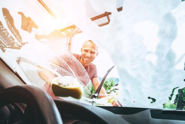 Consejos para limpiar el coche con lavavajillas mano