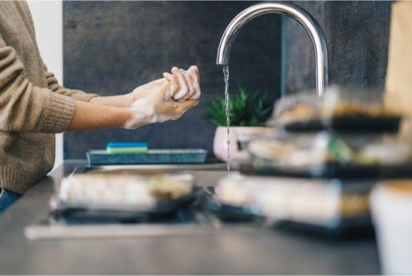 Recomendaciones sanitarias al usar lavavajillas mano