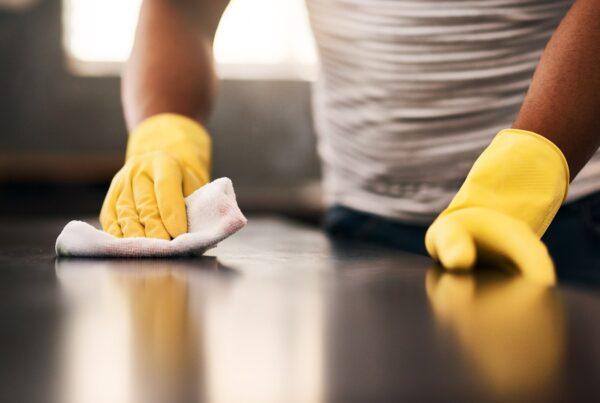 Cómo limpiar la cocina con el lavavajillas mano