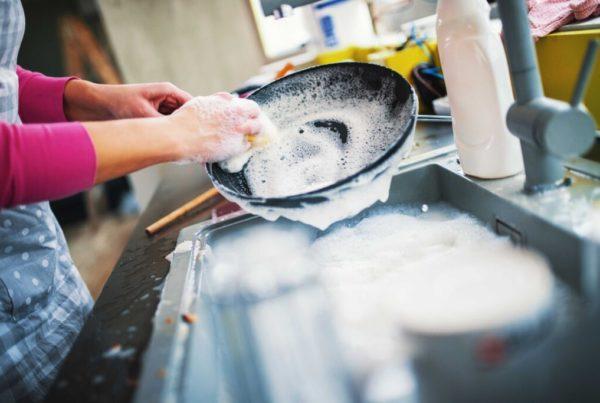 ¿Qué cantidad de lavavajillas mano debería usar?