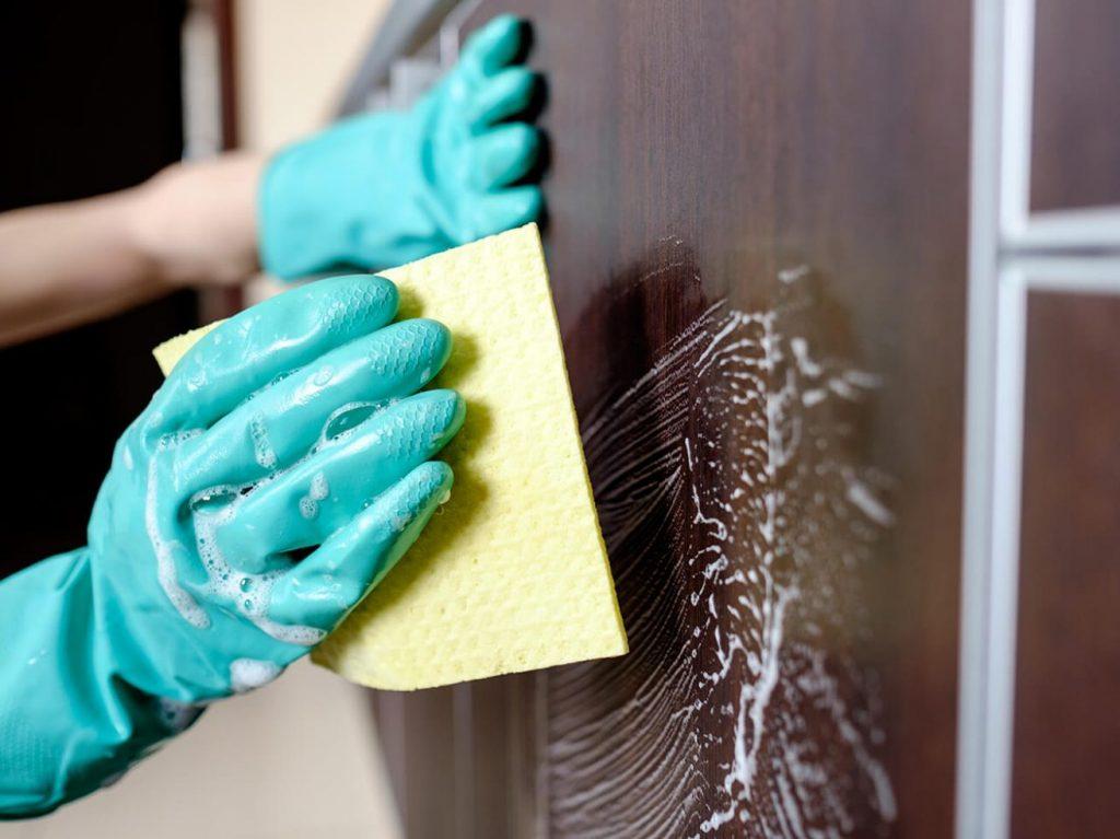 Cómo limpiar la cocina con el lavavajillas mano_1