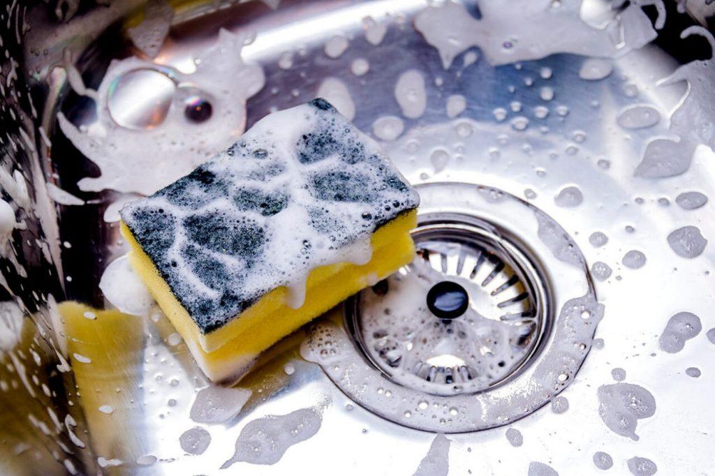 Cómo limpiar la cocina con el lavavajillas mano_2